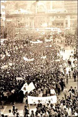 1980년 5월 15일 학생을 중심으로 한 시위대가 서울역 앞에서 '유신철폐'와 '계엄해제'를 요구하며 대규모 시위를 벌였다. 1980년 5월 15일 학생을 중심으로 한 시위대가 서울역 앞에서 '유신철폐'와 '계엄해제'를 요구하며 대규모 시위를 벌였다.